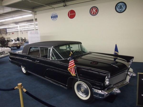 1960 lincoln continental limousine (1)