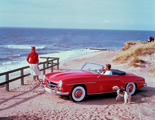 Caption orig.: Zeitgenössisches Werbefoto des 190 SL aus den 1950er-Jahren auf der Ferieninsel Sylt in der Nachmittagssonne. Der 190 SL findet schnell sein status- und designbewusstes Publikum als eleganter und zuverlässiger Traumwagen, der finanziell e