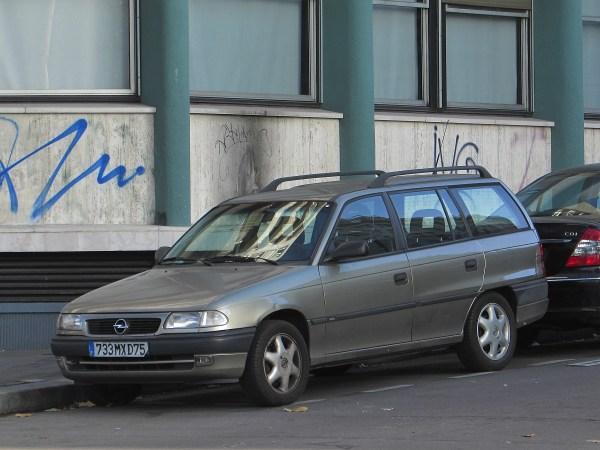 Opel Astra wagon Gare de L'Est 20151111