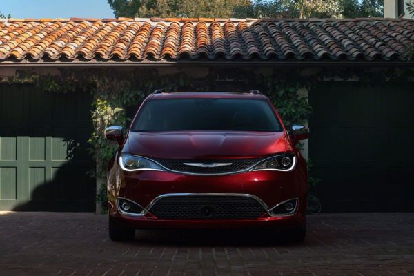 2017-chrysler-pacifica-limited-front-end-03