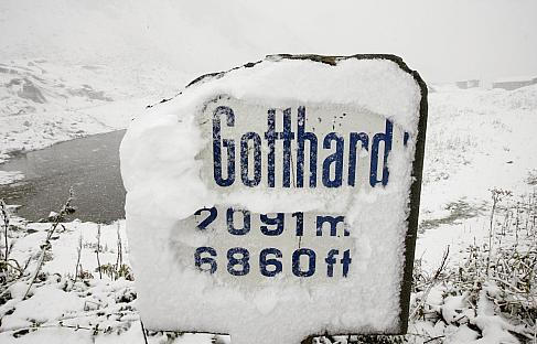 A snow covered road sign marks the Saint Gotthard mountain pass (2091 metres/6860 feet altitude) in the Swiss Alps September 14, 2008. Cold weather caused snowfalls in parts of the Swiss Alps over 1500 metres altitude. REUTERS/Arnd Wiegmann (SWITZERLAND)