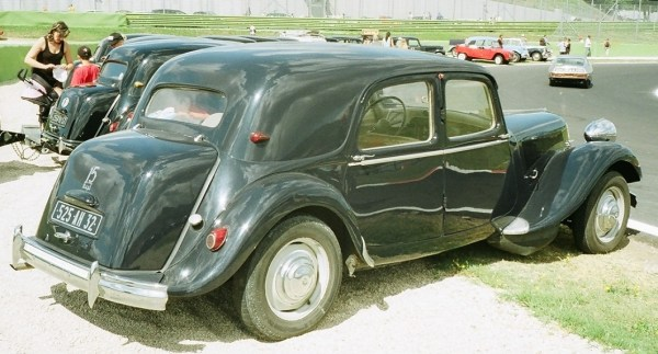 "15 H, rear view: now standard right-hand tail lights pushed the ""15 6 cyl"" badge on the trunk."