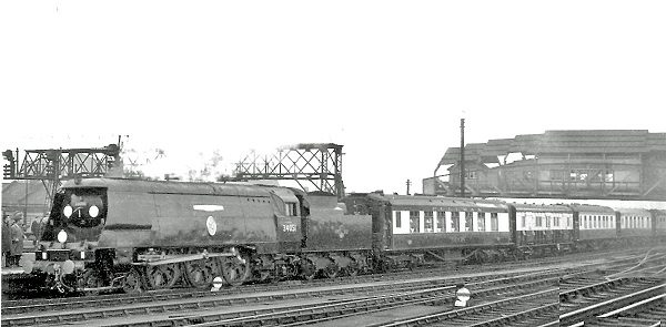 29-clapham_junction_sir_winston_churchills_funeral_train
