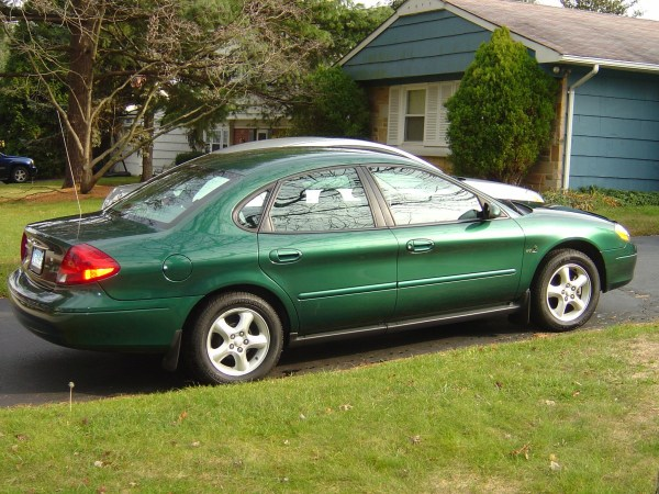 Side view of 2000 Ford Taurus