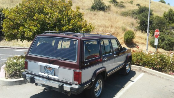 1986-1990 Jeep Wagoneer from the rear - Zoom in and you see it has the 4.0 litre six but it just a Wagoneer, not a Limited. 4x4 Badges too!