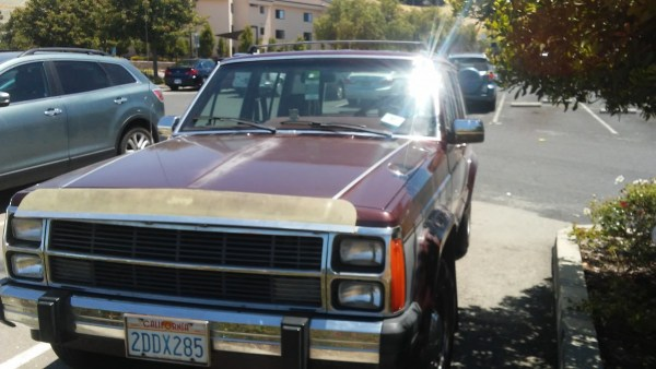 Front view of 1986-1990 Jeep Wagoneer. Note the stacked headlights and the vertically-split grill. And the flyscreen!