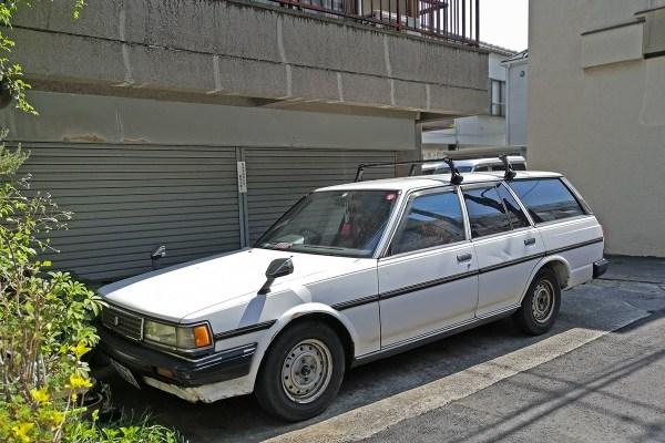 Toyota Mark II X70 van (front)