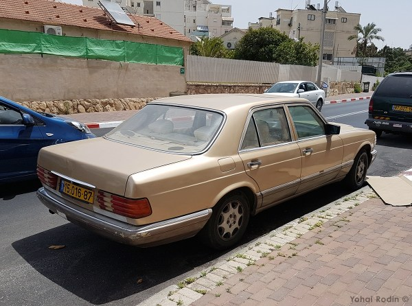 Gold Mercedes-Benz W126