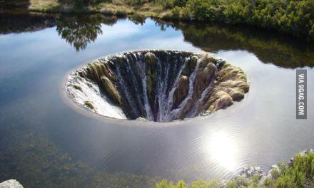 Mira este agujero enorme en medio de un lago. Imágenes increíbles.