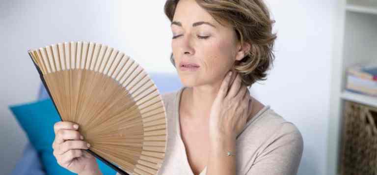mujer con menopausia sufriendo calor