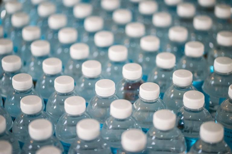 Caduca el agua mineral envasada