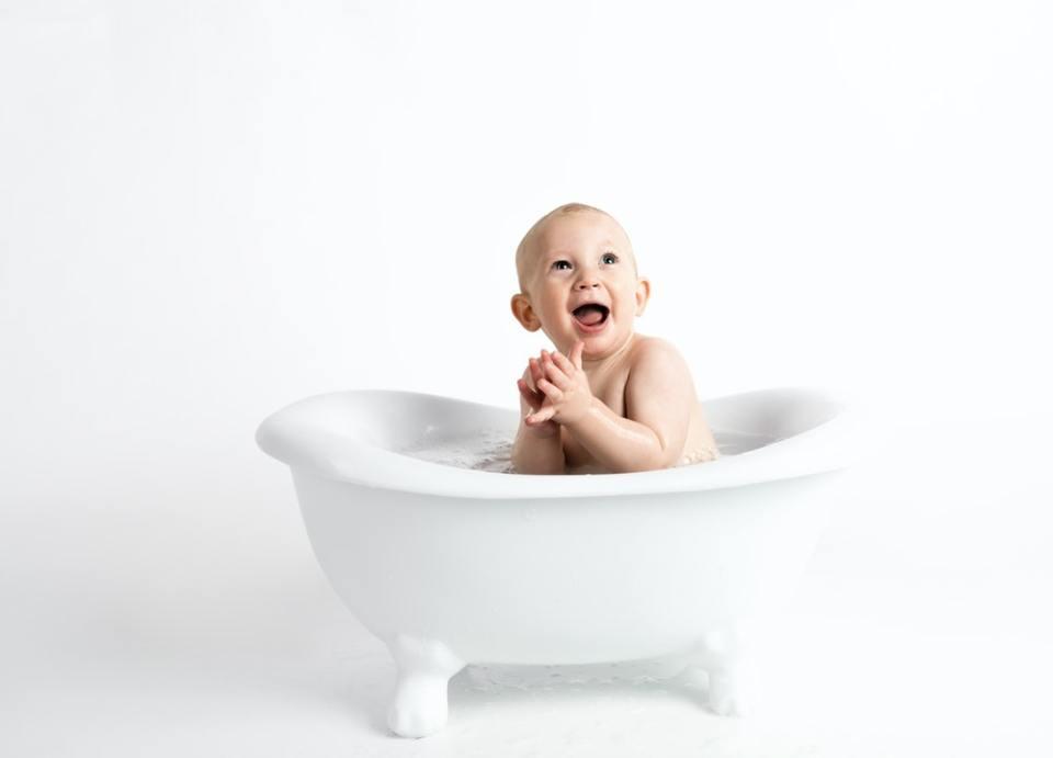 Los baños en agua tibia son uno de los remedios caseros para la nariz taponada del bebé
