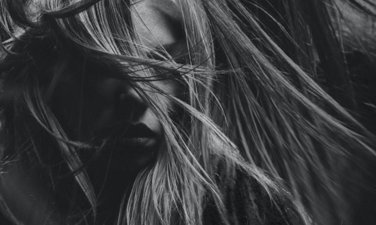 Sigue estos sencillos consejos para alisar el cabello sin necesidad de usar plancha