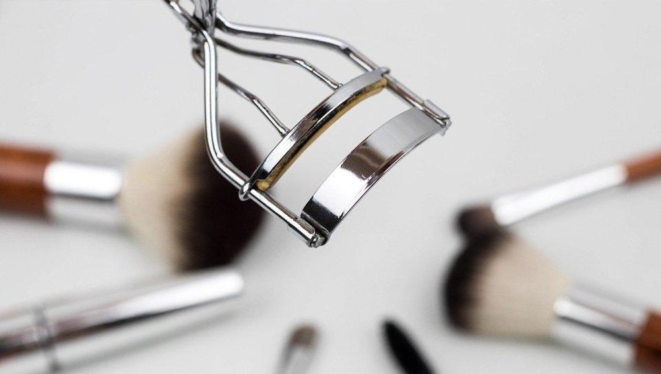 ¿Sabes cómo utilizar el rizador de pestañas correctamente?