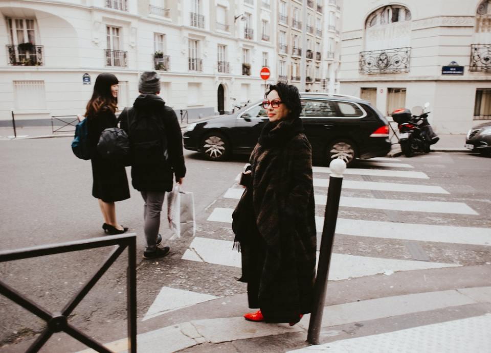 Toda mujer francesa tiene un abrigo oversized en su armario