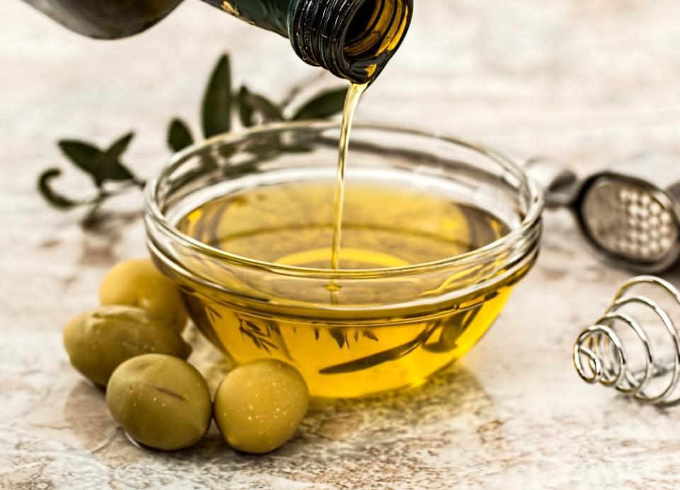 El aceite de oliva es uno de los remedios contra la caspa que tienes que probar