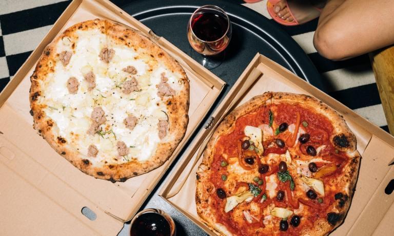 La comida grasa y el alcohol son alimentos que no debes consumir por la noche