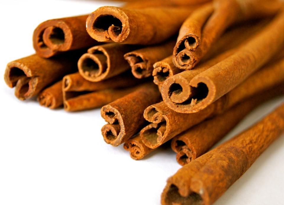 La canela puede consumirse en infusión, en postres o directamente en polvo