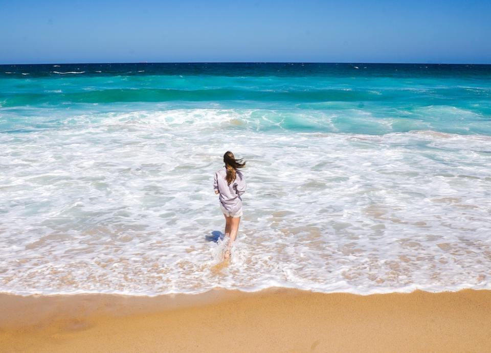 Bañarse en el mar es uno de los remedios para piernas cansadas más eficaces
