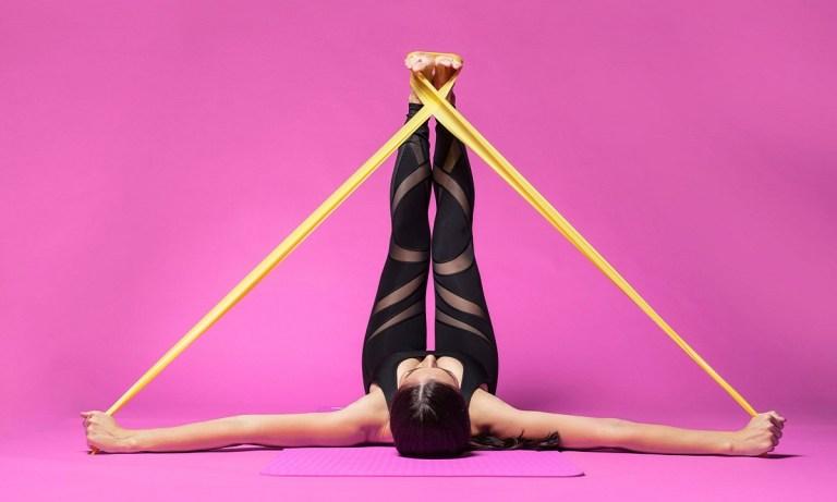 ejercicios con gomas para tonificar hombros