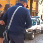 La mujer intenta sobornar a la policía con £ 4, parpadea, se convierte en la superestrella viral