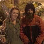 Un 'sintecho' da sus últimos 20 dólares para pagar la gasolina de una mujer y esta le cambia la vida