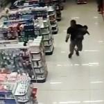 VÍDEO: Un policía fuera de servicio mata a dos asaltantes con su bebé en brazos