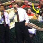 Un pequeño cuarteto canta en una iglesia y  desata la carcajada del público cuando oye al niño de chaleco