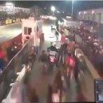 Increíble Vídeo: Motorista de trafico ocasiona aparatoso accidente en carrera ciclista.