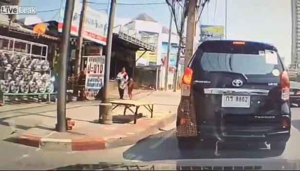 Un hombre le da una patada a un niño sin ningún motivo.