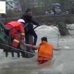 Bombero chino hace de puente humano para salvar mujer atrapada en la inundación