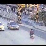 Temerario Taxista adelanta sin ver que le viene de cara una motocicleta