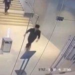 Comprador tonto rompe la puerta de vidrio al toparse con ella