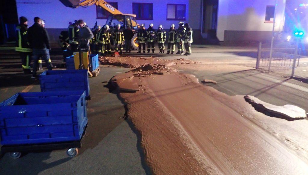 Fábrica alemana derrama chocolate por la calle