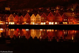 Reflet des petites maisons sur le port de Bryggen