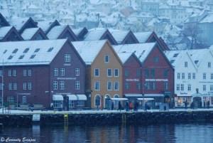 Maisons de Bryggen sous une tempête de neige, Bergen