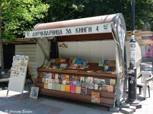 Bouquiniste dans les rues de Skopje