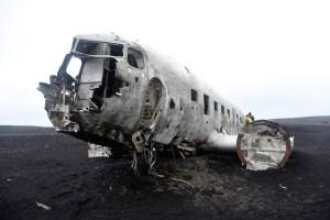 Avion de la guerre froide abandonné sur une plage islandaise