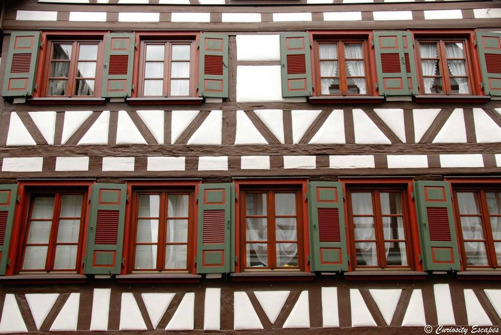 Fenêtres et volets des maisons à colombages
