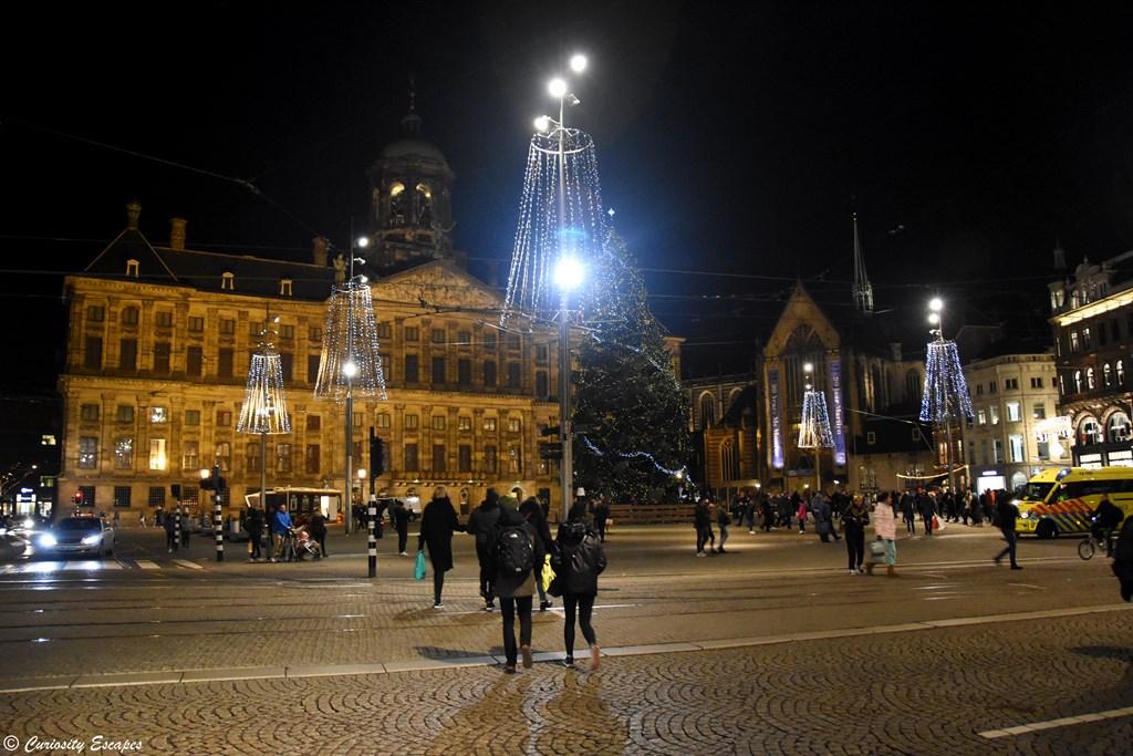 Place du Dam d'Amsterdam illuminée