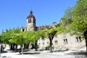 Place du village de Saint Antoine l'Abbaye
