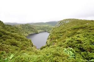 Lagoa Comprida au centre de l'île de Flores