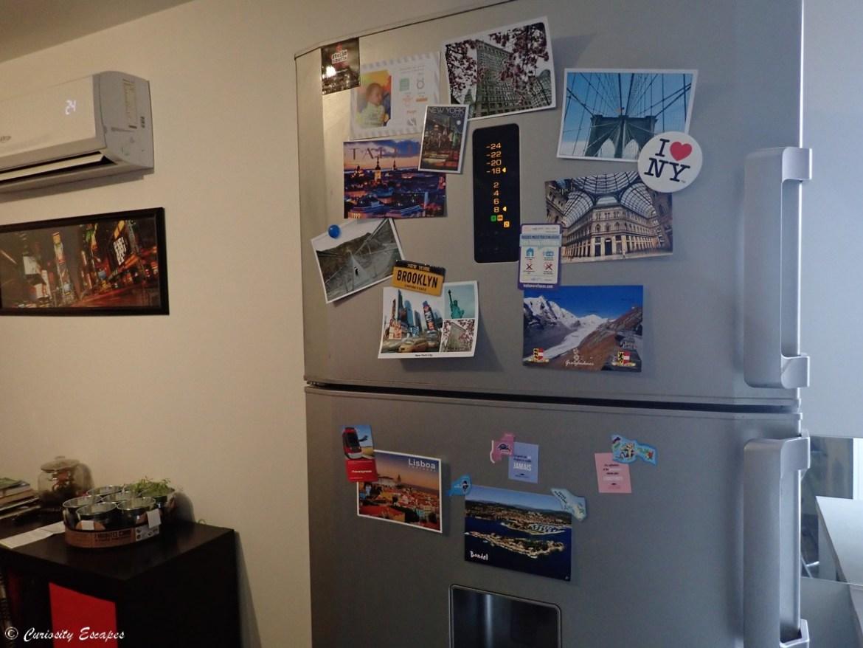 Cartes postales sur le frigo
