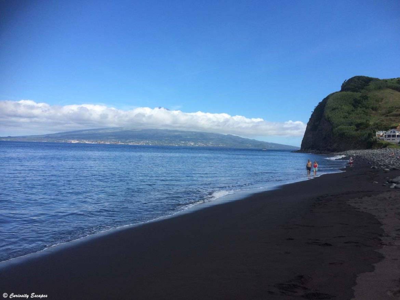 Plage de sable noir à Praia do Almoxarife, Faial