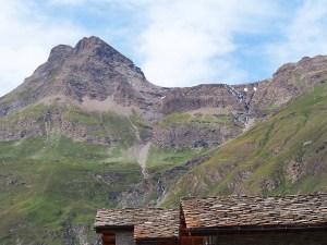 Montagnes encerclant le village de Bonneval sur Arc