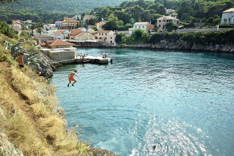 Enfant qui saute depuis la falaise, Croatie