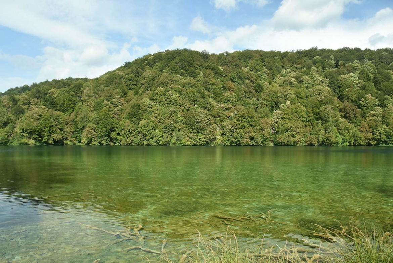 Lac émeraude au parc de Plitvice, Croatie