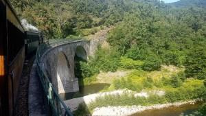 Train Mastrou sur un viaduc en Ardèche