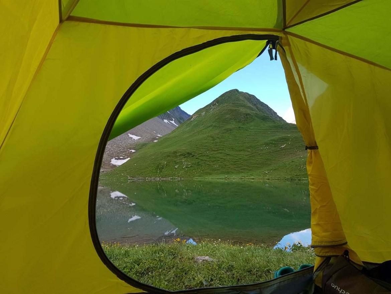 Vue depuis notre tente au réveil, devant le lac d'Amour, Savoie