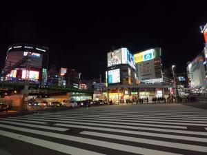 Passage piéton dans le quartier Shinjuku, Tokyo